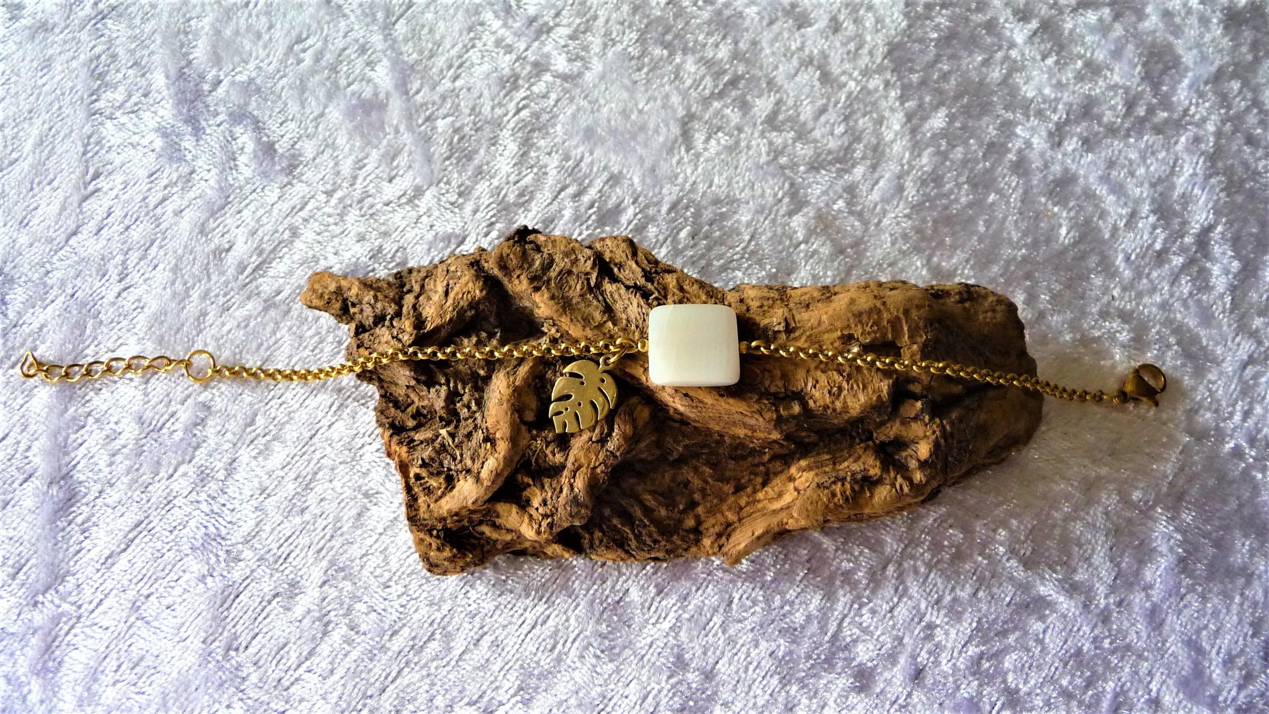 Nacre, chaine dorée acier inoxydable