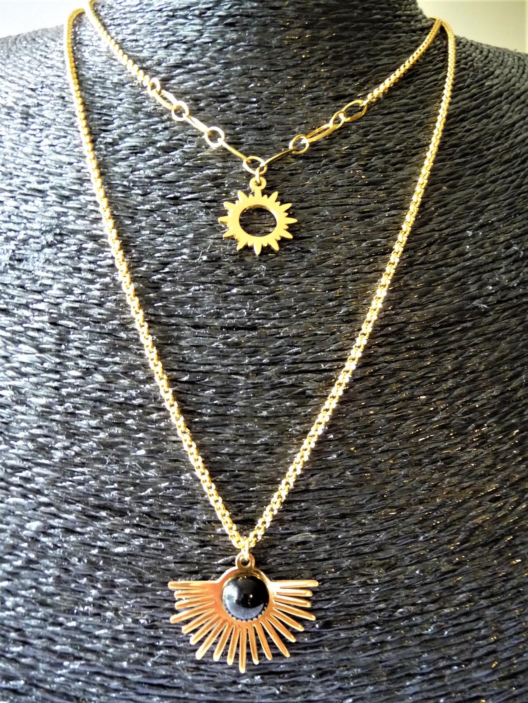 Breloque avec Agate Noire + chaine en acier dorée 24 €